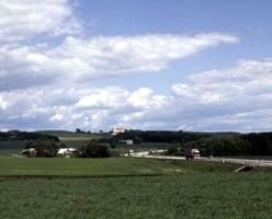Den jyske motorvej ved Ejer Bavnehøj og Outrup Kirke på strækningen Skanderborg-Horsens. Foto Lene Storm.