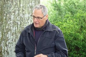 Nils Kruse fortæller om Krebshusalléen og informationstavlen