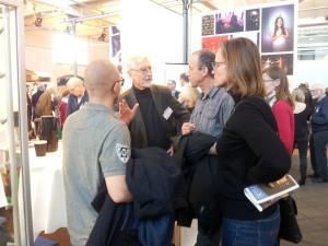 Michael Hertz i samtale med besøgende