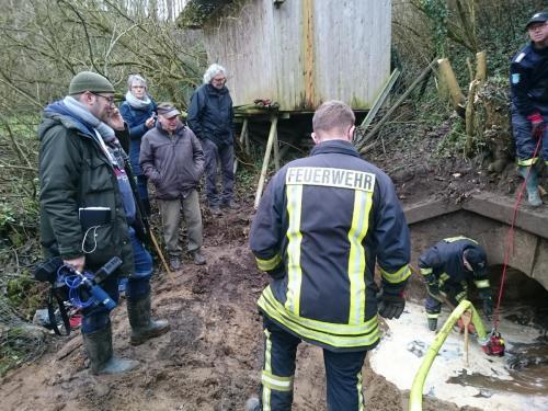 Vandet i udgravningen bliver pumpet væk