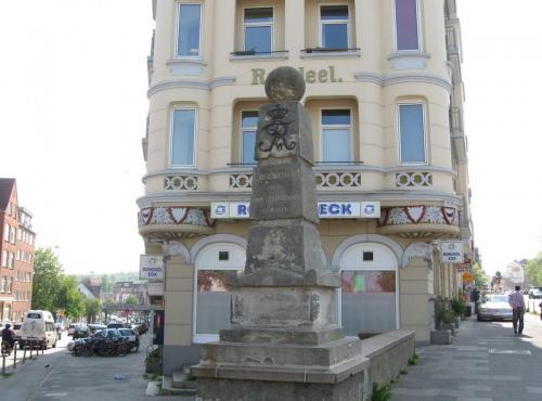 Denne obelisk står ved chausséens begyndelse i Kiel