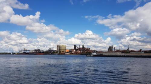 Havnen ud for fabrikken