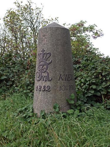 2-milesten ved Bönningstedt (set fra højre)