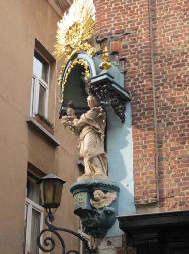 Madonnafigur på hushjørne