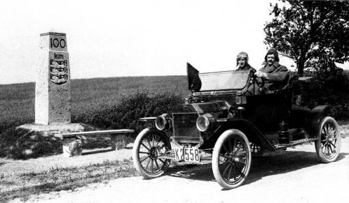 Robert Storm Petersen og Alfred Nervø foran 100 km stenen ved Vemmelev (1914)